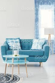 türkis wohnzimmer mit sofa stockfoto und mehr bilder blau