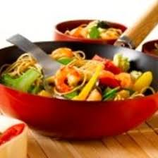 cuisiner avec un wok recette wok de crevettes aux nouilles et aux légumes