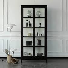 pin auf schwarze vitrine mit deko