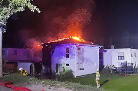 nächster wohnhausbrand in dresden flammen fressen sich bis