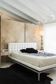 schlafzimmer mit antiker tischleuchte bild kaufen