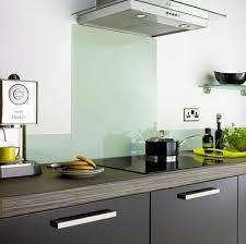küchenrückwand aus glas der moderne fliesenspiegel sieht