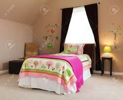 rosa bett in kinder baby schlafzimmer interieur mit braunen wänden