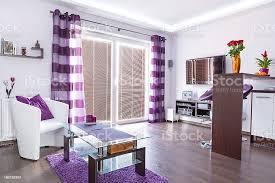 moderne weiß und lila wohnzimmer innenansicht stockfoto und mehr bilder dekoration
