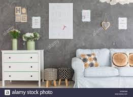 zimmer mit wand dekorationen kommode sofa und polsterhocker