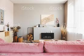 helles grau wohnzimmer interieur mit hölzernen akzenten und pastell rosa stockfoto und mehr bilder behaglich