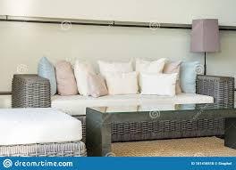 sitzkissen auf sofa dekoration im wohnzimmer stockfoto