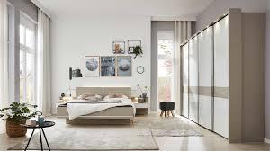 interliving schlafzimmer serie 1009 beleuchtetes komplettzimmer 007 weiß kieselgrau holzfußteil vier türen