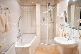 schöne helle badezimmer im hotelzimmer helle fliesen weißes bad dusche waschbecken große und kosmetikspiegel handtücher stockfoto und mehr bilder