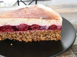 omas saftiger nuss kirsch kuchen mit sahne joghurt decke