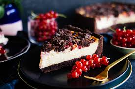veganer schokoladen käsekuchen mit johannisbeeren