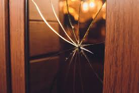 glaseinsatz in der zimmertür reparatur bei kaputtem glas