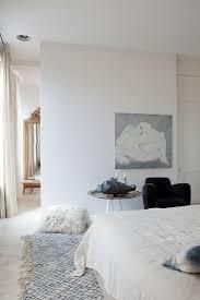 schlafzimmer in weiß mit akzenten in bild kaufen