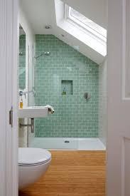 holzboden und hellgrüne fliesen im badezimmer kleines