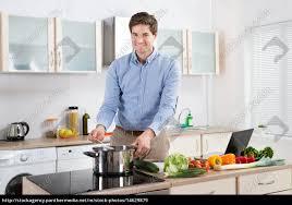 lizenzfreies bild 14629879 mann kochen essen in der küche