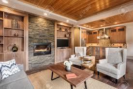 wohnzimmer interieur mit holzleiste decke und blick in küche in luxusvilla