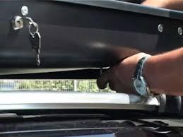 coffre de toit avec fixation par étriers sur barres de toit acier