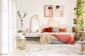 decke auf dem bett mit kopfteil unter plakate im modernen schlafzimmer innenraum mit pflanzen echtes foto stockfoto und mehr bilder arkade