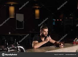 si e de bar uomo bello che siede bancone bar bere whisky foto stock
