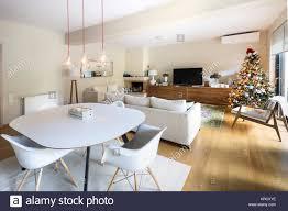 ein großes wohn und esszimmer mit einem weißen tisch vier