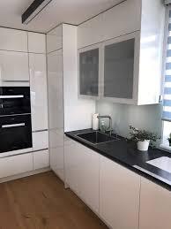 weiße küche mit schwarzer arbeitsplatte küchen design magazin