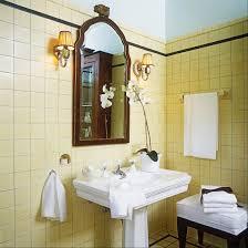 antikes badezimmer mit standwaschbecken bild kaufen