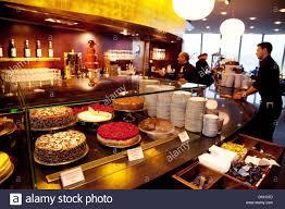 das café restaurant mit viel kuchen und schokolade lindt