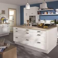poign馥s cuisine castorama une cuisine castorama blanche avec un plan de travail en bois