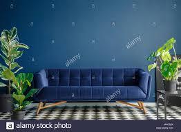 marine blau sofa gegen die wand mit kopie platz im dunklen