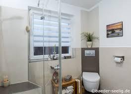 kleines bad und dusche vorm fenster das ist eine lösung