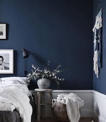 tiefblaue schlafzimmerwand jasminabylund schlafzimmer