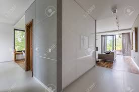 ansicht der modernen wohnung mit weißen fliesen und modernem wohnzimmer