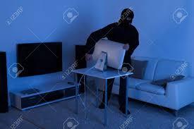 volle länge der dieb stiehlt computer monitor vom wohnzimmer