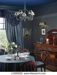metall licht oben tisch mit blau tuch in esszimmer