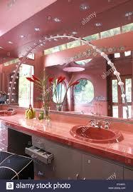 gewölbte beleuchtung am spiegel über dem waschbecken fliesen