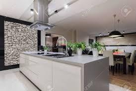 mur de cuisine photo de cuisine conçue avec mur de banque d images et photos