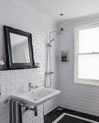 klassisches bad in schwarz weiß mit bild kaufen