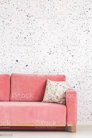 kissen auf rosa sofa gegen gemusterten tapeten in hellen wohnzimmer interieur echtes foto stockfoto und mehr bilder bunt farbton