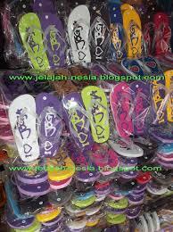 Pedagang Di Malioboro Didominasi Dengan Menjual Dagangan Berupa Kaos Beragam Tulisan Dan Gambar Khas Jogja Warna Desainnya Cukup Menarik