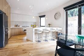 moderne offene küche mit insel bank und barhocker