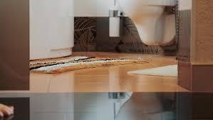 junges mädchen zu fuß zum badezimmer kommen zum waschbecken kleine teppiche nackte beine wohnung bazava auf envato elements