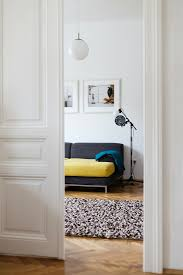 offene weiße flügeltür in altbauwohnung bild kaufen
