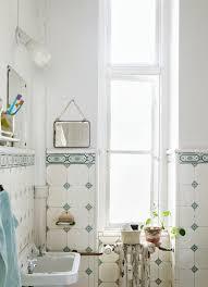 badezimmer mit nostalgischen wandfliesen bild kaufen