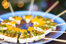 canapé apéritif facile brochettes de fromage en forme de sapin pour l apéritif
