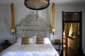 erstaunliche schlafzimmer mit hängenden nachttischlen