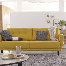 coussins canape salon épuré avec tapis gris et canapé jaune 2 places avec coussins