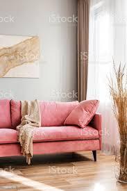 beige decke rosa sofa im hellen wohnzimmer interieur stockfoto und mehr bilder behaglich