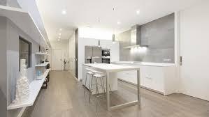 cuisine blanche ouverte sur salon les meubles de cuisine santos conçus pour s adapter à n importe