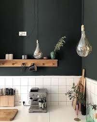 küche weiße ablage und fliesen holz schwarze wand