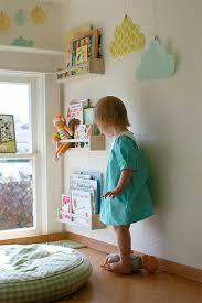 etagere chambre d enfant comment décorer le mur avec une étagère murale cubby